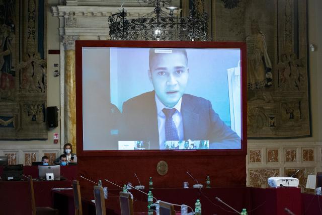 I ragazzi intervengono nel dibattito con i deputati eletti nella Regione Marche