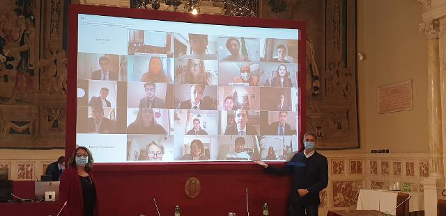 La Presidente Vittoria Cara ed il deputato Simone Baldelli salutano i ragazzi collegati da remoto con la Sala della Regina