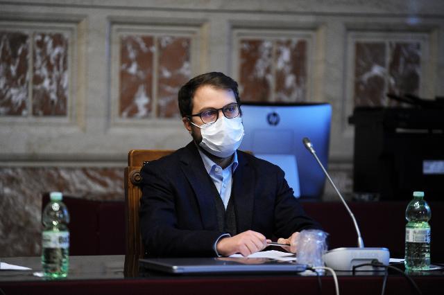 Il deputato Fausto Raciti, Vicepresidente della Commissione Affari Costituzionali, risponde agli studenti
